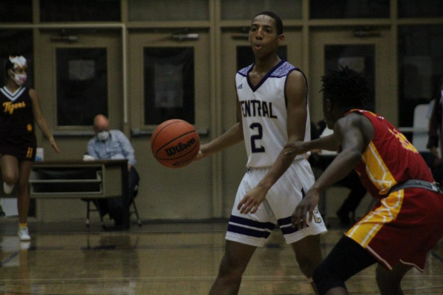POUNDERS VICTORIOUS AGAINST DISTRICT RIVAL -- Senior Donovin Taylor looks up the court.